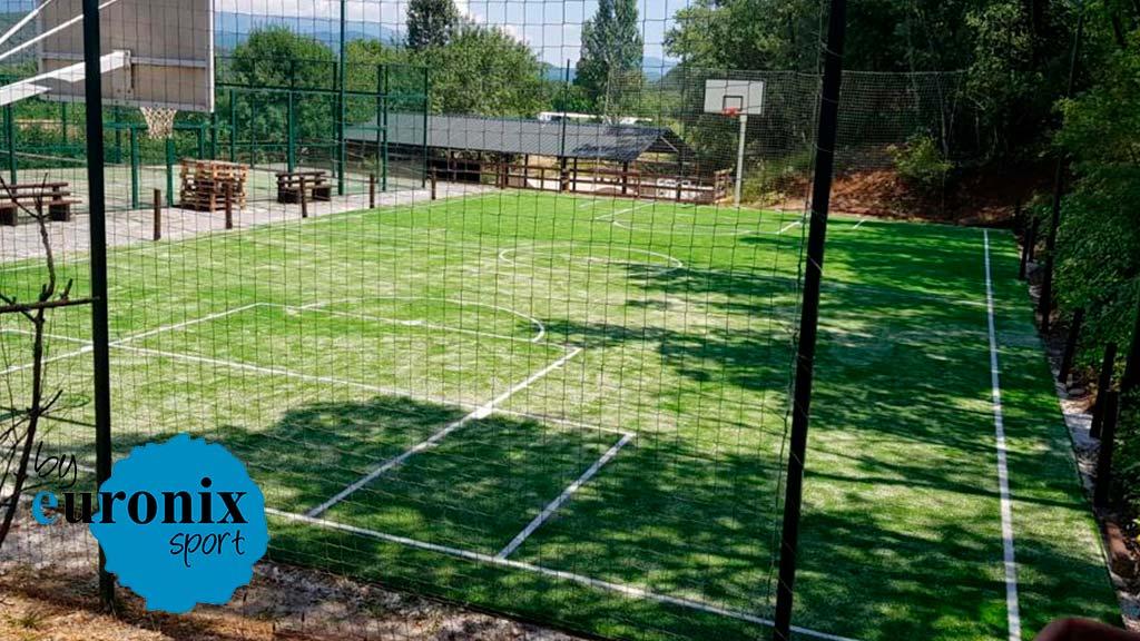 Césped deportivo en una pista multideporte en Boltaña